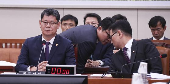 15일 국회 외교통일위원회에 출석한 김연철 통일부 장관(왼쪽)과 서호 차관. 임현동 기자