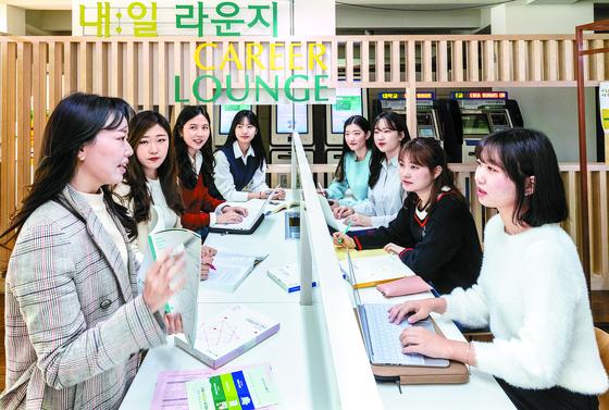 이화여대 내일라운지에서 재학생들이 진로상담을 받고 있다. 김현동 기자