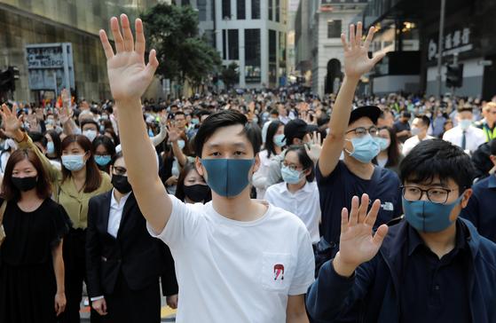 홍콩 시위대가 15일 금융 중심가인 센트럴에서 오른손을 펴고 5대 요구 사항 관철을 외치며 시위를 벌이고 있다. [로이터=연합뉴스]