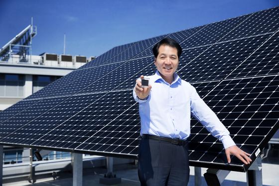 석상일 UNIST 교수가 차세대 페로브스카이트 태양전지 셀을 들고 있다. 그는 세계적으로 경쟁이 치열한 태양전지 분야에서 앞서나가는 학자로 주목받고 있다. [사진 UNIST]