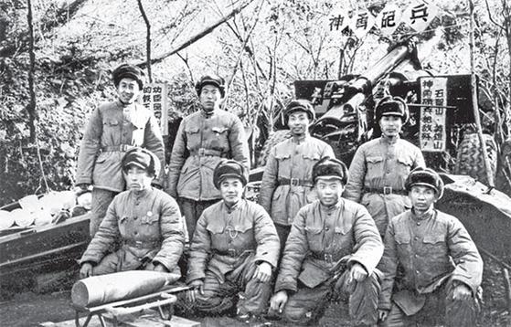 상감령 전투(1952년 10월 14일-11월 25일)는 포격전이 치열했다. 1952년 10월 말, 상감령 전선에서 포탄 23발로 탱크 5대를 격파하고 화약고를 폭파한 15군 포병 5연대 6반 반원들. 8명 모두 2등 공로상을 받았다. [사진 김명호]