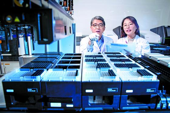 천종식 서울대 교수(왼쪽)가 미생물 샘플을 확인하고 있다. 서울대는 교수들의 뛰어난 연구 성과에 힘입어 종합 1위에 올랐다. 전민규 기자