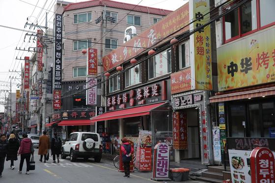 중국인 유학생 유입이 크게 증가하면서 마라탕, 훠궈, 양꼬치 등 중국 음식점도 덩달아 많아지고 있다. 건국대는 전체 유학생 대비 중국인 유학생 비율이 68.7%다. 김경빈 기자
