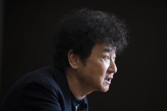 """김진명 작가는 북한 핵 문제와 관련해 '한국은 결심만 하면 핵무기를 만들 수 있어요. 한국이 핵무기를 만드는 건 미국이 동의할 때입니다""""라고 말했다. 전민규 기자"""