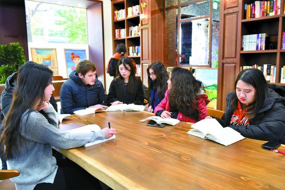 한국외국어대 재학 중인 외국인 유학생들이 책모임을 통해 서로 모르는 한국어를 알려주고 있다. [사진 한국외국어대]