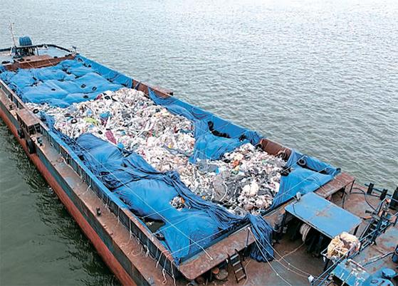 지난 6월 평택당진항만에서 10㎞ 떨어진 바다 위 3000t급 바지선에 불법 폐기물 800t이 방치된 사실이 해양경찰에 적발됐다. [중앙포토]