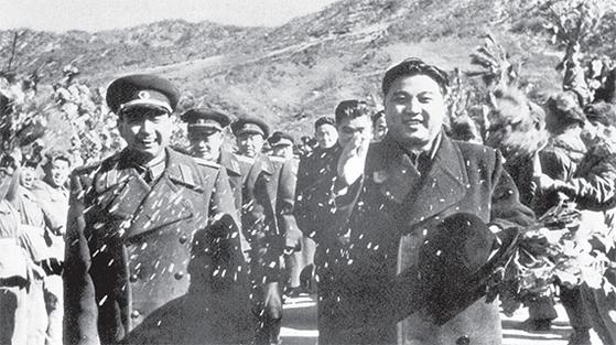 양융(앞줄 왼쪽)은 지원군 마지막 사령관이었다. 1958년 10월 24일, 정치위원 왕핑(양융 뒤 첫째)등 참모들과 함께 김일성(앞줄 오른쪽)이 주재한 지원군 환송식을 마친 양융. 10월 26일, 중국지원군 총부는 지원군이 북한에서 전원 철수했다고 발표했다. 양융과 왕핑은 3년 전 계급 수여식에서 우리의 대장 격인 상장(上將) 계급을 받았다. 김일성 뒤에 최용건의 모습도 보인다. [사진 김명호]