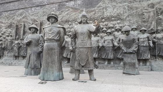 청나라 강희제가 닝구타 장군부를 둘러보는 모습. 닝구타는 청의 기틀을 세운 건주여진의 누르하치가 동해여진을 정복한 중심지였다.