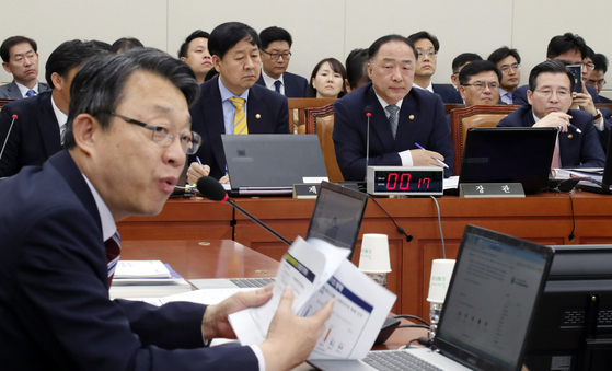 지난 10월 국회에서 열린 기획재정위원회의 기획재정부 등에 대한 국정감사에서 김성식 바른미래당 의원이 질의하고 있다. 변선구 기자