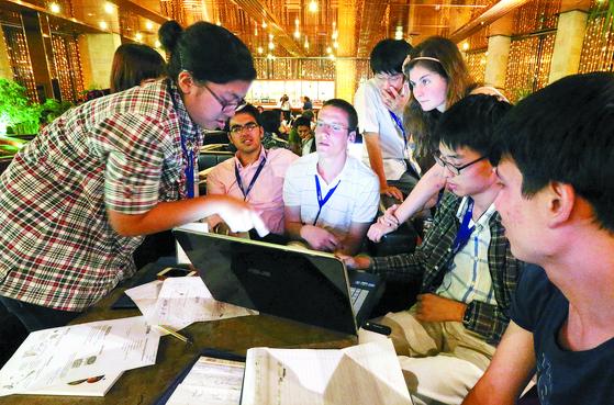 이스라엘의 힘은 히브리대학을 비롯한 7개의 세계적인 대학에서 나온다. 2012년 8월 예루살렘에 있는 히브리대에서 열린 '아시안 과학캠프'에 참여한 학생들이 늦은 밤까지 조별 분임 토의를 하고 있다. [중앙포토]