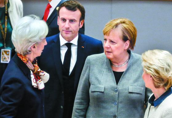 13일 벨기에 브뤼셀에서 열린 유럽연합(EU) 정상회의에서 참석자들이 영국 총선과 관련해 대화하고 있다. 왼쪽부터 크리스틴 라가르드 유럽중앙은행 총재, 에마뉘엘 마크롱 프랑스 대통령, 앙겔라 메르켈 독일 총리, 우르줄라 폰데어라이엔 EU 집행위원장. [AP=연합뉴스]