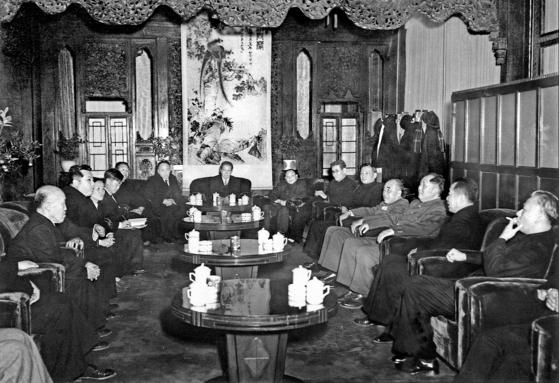 정전협정 4개월 후 베이징에 도착한 김일성(왼쪽 둘째) 일행. 류샤오치(오른쪽 첫째), 저우언라이, 마오쩌둥, 주더, 천윈, 가오강, 덩샤오핑 등 중국 지도부가 총출동했다. 왼쪽 첫째는 북한 부수상 홍명희, 셋째가 노동당 부위원장 박정애. 1953년 11월 11일, 베이징역 귀빈실. [사진 김명호]