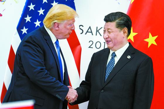 미국과 중국이 무역전쟁 약 1년6개월 만에 1단계 합의에 이르렀다. 두 나라가 지난해 6월 무역전쟁을 본격화한 이후 협상, 결렬, 관세전쟁 재개 등 우여곡절을 겪었다. 사진은 도널드 트럼프 미 대통령(왼쪽)과 시진핑 중 국가주석이 올해 6월 29일 일본 오사카에서 열린 주요 20개국(G20) 정상회의에서 파국 위기에 몰린 무역협상을 다시 시작하기로 합의한 뒤 악수하는 모습이다. [AFP=연합뉴스]