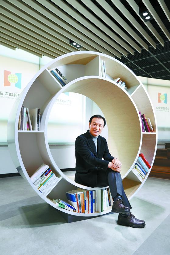2030년까지 전국 30대 대학에 진입하겠다는 '한경 비전 2030'을 선포한 임태희 총장이 중앙도서관에서 미래 구상을 밝히고 있다. 신인섭 기자