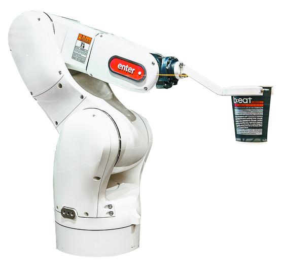 커피를 나르고 있는 로봇. [중앙포토]