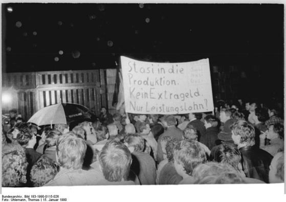 1990년 1월 베를린-리히텐베르크에 있는 슈타지 본부 앞에서 벌어진 시위에서 '슈타지를 생산현장으로 보내라!'는 플래카드가 등장했다. [사진 베른하르트 젤리거]