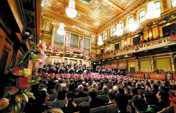 2020 빈 신년음악회가 1월 1일 오전 11시 15분 오스트리아 빈의 무지크페라인 황금홀에서 열렸다. 178년 전통의 빈 필하모닉 오케스트라는 빠른 폴카와 느린 왈츠, 행진곡 등을 적절히 섞어 신명나는 무대를 펼쳤다. [AP=연합뉴스]