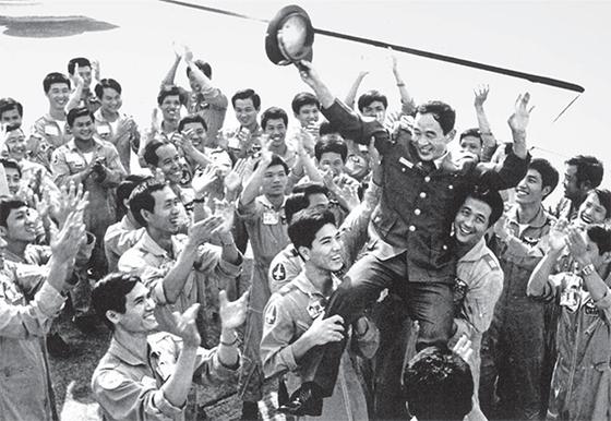 중국민항기 납치사건 3개월 후, 중국 공군 대교(大校) 쑨텐친(孫天勤)이 미그 21기 몰고 한국으로 왔다. 정부는 대만에 가겠다는 쑨의 요구를 들어줬다. 대만 공군에 편입된 쑨은 황금 7000냥을 받았다. [사진 김명호]