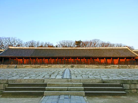 조선시대 왕과 왕비의 신주를 모셔놓은 종묘 정전. 종묘~창경궁 녹지축이 복원되면 단순한 문화유산을 넘어 삶과 죽음의 의미를 성찰하는 명상 공간이 될 수 있을 것이다. 배영대 기자