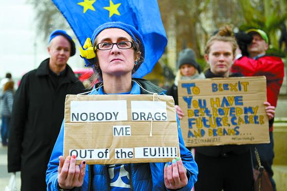 """31일 런던의 한 시민이 '누구도 나를 EU에서 끌어낼 수 없다""""고 적힌 피켓을 들고 브렉시트 반대 시위를 벌이고 있다. [EPA=연합뉴스]"""