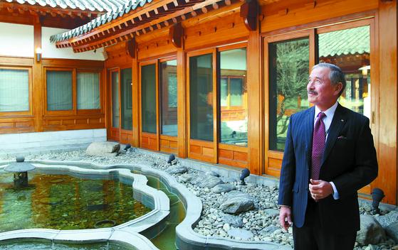 해리 해리스 주한 미국대사가 지난 11일 관저인 하비브 하우스 내부에 있는 포석정 정원을 소개하고 있다. 우상조 기자