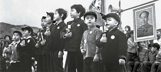 문혁시절 홍콩 좌파는 지금의 신계(新界)지역에서 조직적인 활동을 했다. 마오쩌둥 어록을 낭송하는 아동들. 1969년 홍콩 신계. [사진 김명호]