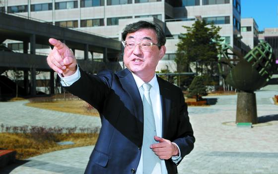"""김무환 총장은 ' 실패하더라도 다시 도전할 수 있는 '회복탄력성'을 길러주는 게 진정한 교육""""이라고 말했다. 오른쪽 조각은 이병철 삼성 창업주가 1986년 개교 때 선물한 과학탐구상. 송봉근 기자"""