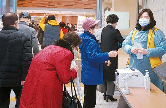12일 가톨릭대학교 서울성모병원 본관 입구에서 병원 관계자가 방문객들에게 해외여행 이력이 있는지를 파악하고 있다. 김여진 인턴기자