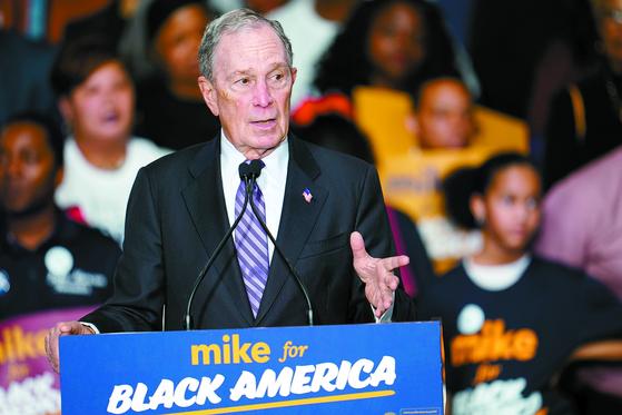 블룸버그가 지난 13일 휴스턴에서 흑인 지지자를 상대로 연설하고 있다. 그는 흑인을 위한 공약을 발표하며 선거전에 뛰어들었다. [AP=연합뉴스]
