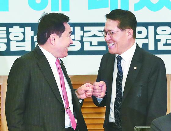 14일 미래통합당 수임기관 첫 회의에서 정운천 의원(오른쪽)과 심재철 자유한국당 원내대표가 웃으며 주먹 인사를 하고 있다. [뉴스1]