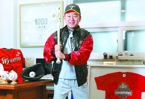 김진섭 원장의 진료실은 작은 야구장이다. 부상 선수들이 성공적으로 복귀 후 자신의 유니폼·싸인볼·배트 등을 그에게 보낸다. 신인섭 기자