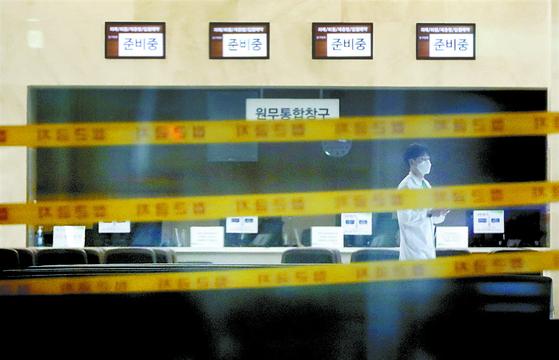 코로나19 감염자 속출로 폐쇄된 은평성모병원에 출입금지 테이프가 설치됐다. [연합뉴스]