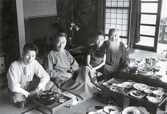 랑징산은(왼쪽 둘째) 화가 장다첸(張大千·오른쪽 첫째)과 죽이 잘 맞았다. 장다첸을 소재로 명작을 많이 남겼다. 1995년 104세로 세상을 떠날 때까지 카메라를 손에서 놓지 않았다. [사진 김명호]