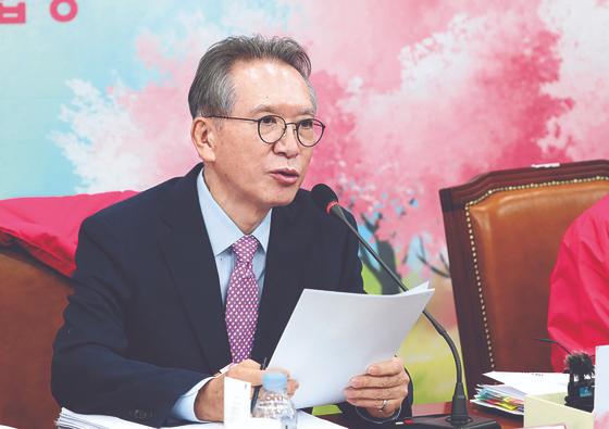 김형오 미래통합당 공 관 위원장이 6일 TK 공천 결과를 발표하고 있다. [뉴시스]