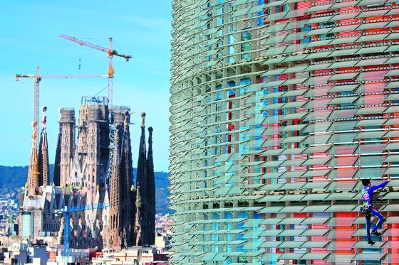 145m 높이 빌딩 오르는 '스파이더맨'