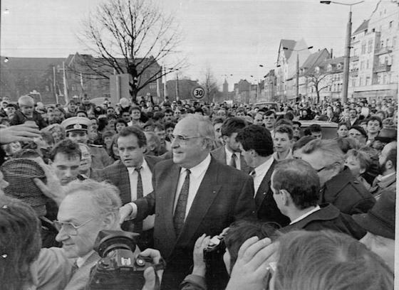 헬무트 콜 서독 총리가 1990년 3월 동독 총선 지원을 위해 에르푸르트시를 방문했다.