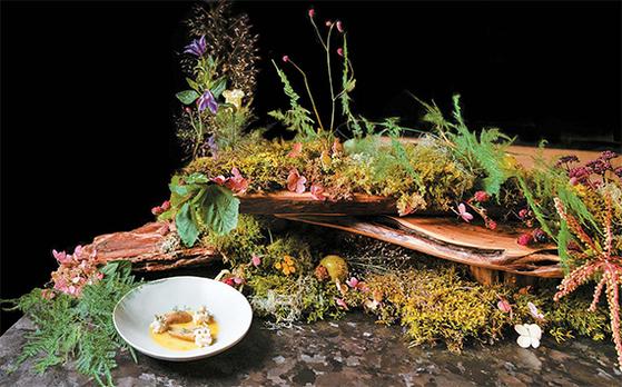 뉴욕의 파인다이닝 한식당 '아토믹스'가 캘리포니아 레스토랑 싱글쓰레드와 콜라보레이션한 테이블 셋팅과 요리. [사진 다이앤 강]