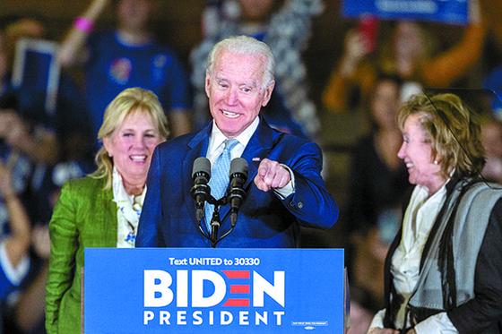 미국 민주당 대선후보인 조 바이든 전 부통령 이 '수퍼 화요일'인 지난 3일 로스앤젤레스에서 지지자들의 환호에 답하고 있다. [AFP=연합뉴스]