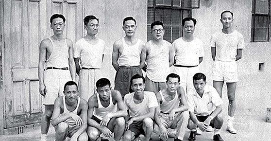진융(뒷줄 왼쪽 둘째)은 신문기자로 사회에 첫발을 디뎠다. 밍바오(明報)를 창간하며 경영을 위해 무협소설을 연재하기 시작했다. 다궁바오(大公報) 기자시절의 모습. [사진 김명호]