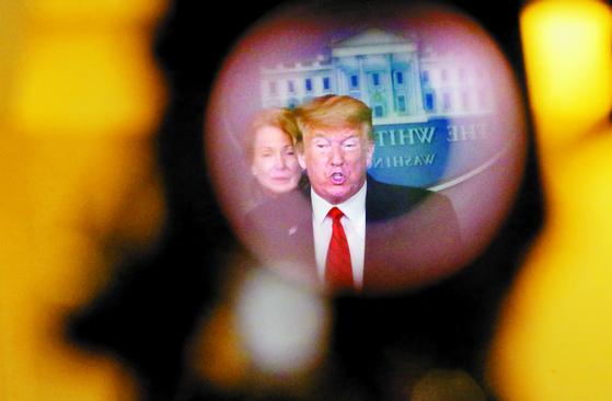 "TV 카메라 뷰파인더를 통해 본 도널드 트럼프 미국 대통령의 지난 19일(현지시간) 백악관 회견 모습. 그는 이날 '코로나19와의 전쟁에서 이겨야 한다""고 강조했다. [로이터=연합뉴스]"