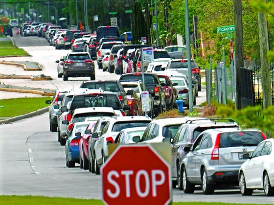 지난 19일 미국 휴스턴의 한 병원 진입로에서 코로나19 드라이브 스루 검사를 받으려는 차량들이 3㎞ 이상 길게 줄을 서있다. [AP=연합뉴스]
