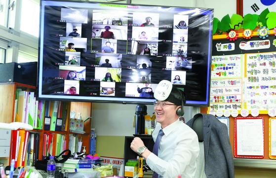 강원도교육청 온라인 수업 시범 학교로 지정된 강릉 한솔초등학교에서 2일 교사와 학생들이 쌍방향 온라인 수업을 진행하고 있다. [연합뉴스]