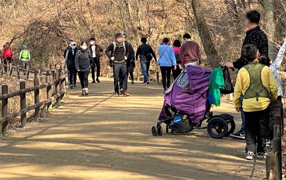 코로나19 속 산을 찾는 사람들이 늘고 있다. 사진은 지난 3월 29일 북한산 산성입구(은평구 진관동)를 지나 서암사로 향하는 길을 걷고 있는 탐방객들. 김홍준 기자