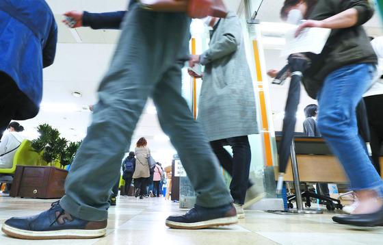 코로나19로 휴업·휴직자가 크게 늘었다. 17일 서울 중구 고용복지플러스센터가 실업급여 신청자들로 붐비고 있다. [연합뉴스]