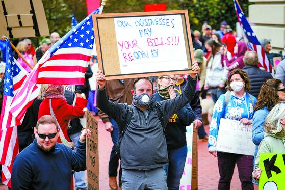 지난 15일 미국 켄터키주 프랭크포트에서 수백 명의 시민들이 주민 이동을 제한하는 봉쇄 조치에 항의하며 시위를 벌이고 있다. [로이터=연합뉴스]
