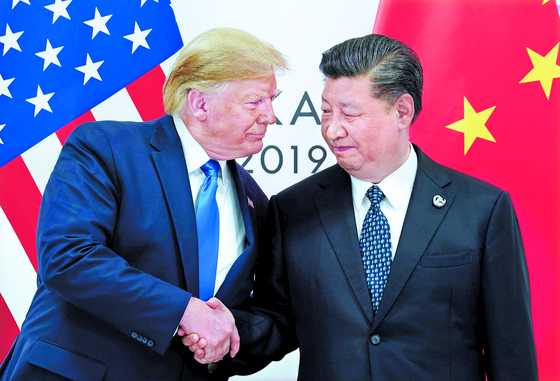 트럼프(왼쪽)와 시진핑은 각기 '독수리 제국' 로마와 '용의 제국' 진나라·한나라를 승계했다. 미·중 대결을 용과 독수리의 대결로 보는 시각은 '역사학적 상상력'을 자극한다. [로이터=연합뉴스]