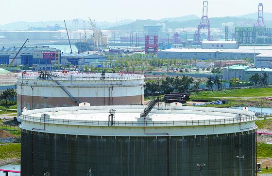 23일 SK에너지의 울산 원유저장탱크 부유식 지붕이 상단까지 올라와 있다. 저유가와 수요 감소 등으로 국내 정유업계도 원유 저장 공간이 갈수록 부족해지고 있다. [연합뉴스]