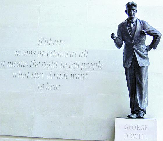 """런던의 BBC 건물 외벽에 새겨진 오웰의 '자유론', 앞은 그의 동상. '자유가 무엇인가를 뜻한다면 그것은 사람들이 듣기 싫어하는 것을 말할 수 있는 권리다""""."""