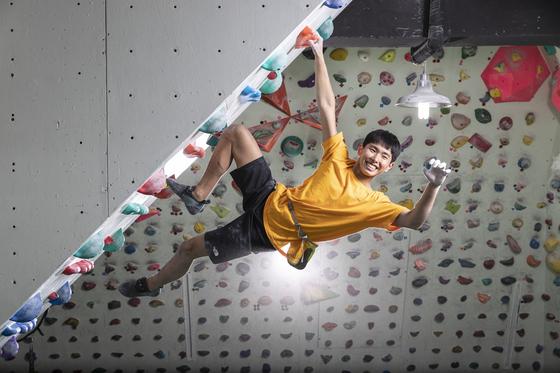 이학진군이 지난 13일 일산클라이밍 센터에서 연습하고 있다. 이 선수는 2월 초 태국의 '그리드' 루트를 올라 세계 최연소인 만 12세로 5.14c코스를 완등하는 기록을 세웠다. 김현동 기자