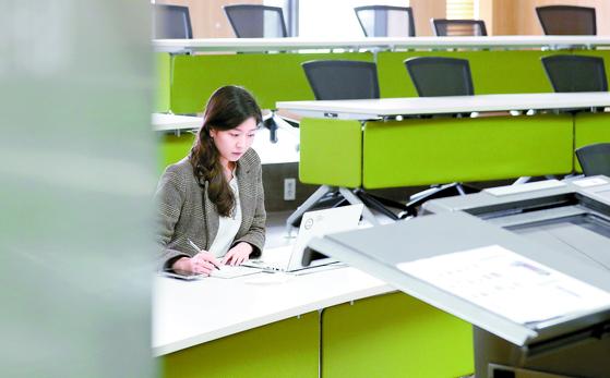 """대학들이 온라인으로 강의를 대체하자 학생들은 '수업의 질이 떨어진다""""며 불만을 토로하고 있다. 서울의 한 대학교 강의실에서 온라인 강의를 듣고 있는 학생의 모습. [뉴스1]"""